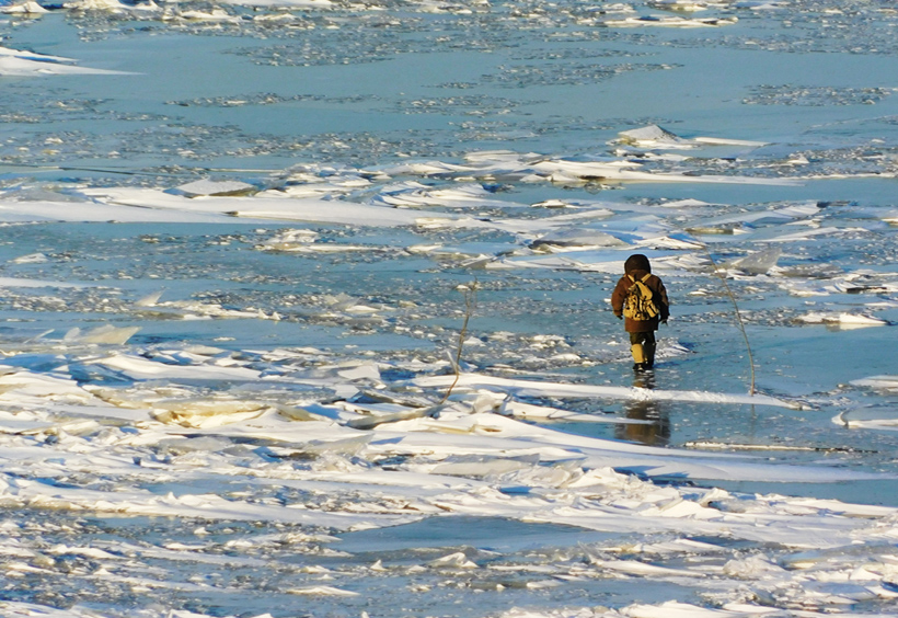 アムール川を歩く人