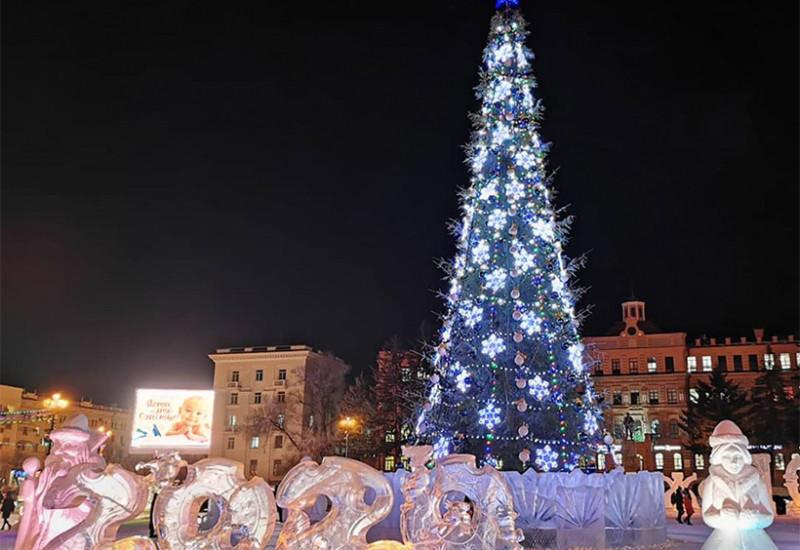 レーニン広場の巨大クリスマスツリー