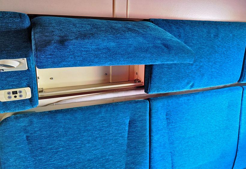 座席の上にあるボックス
