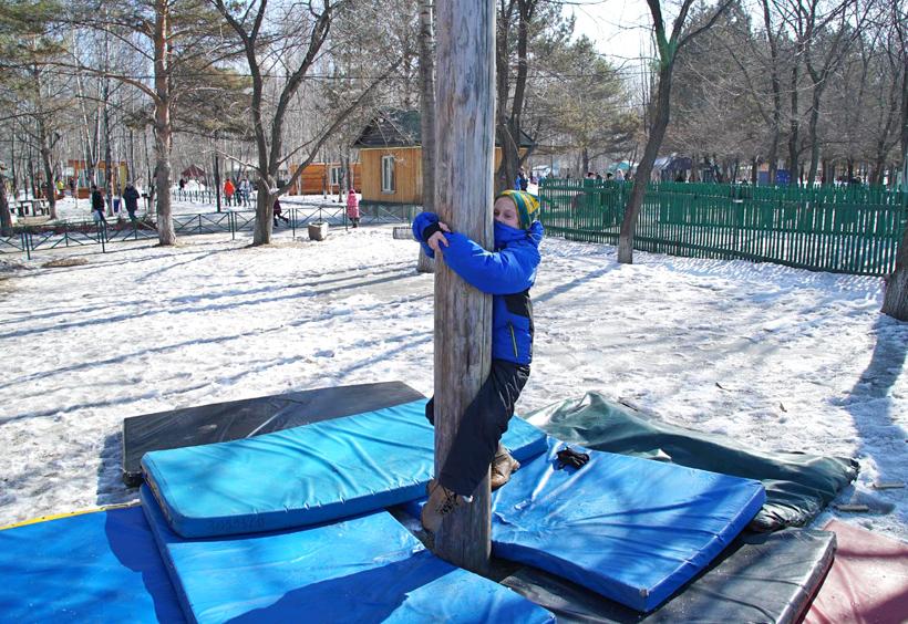 マースレニツァ会場に設置された棒に登ろうとする子供