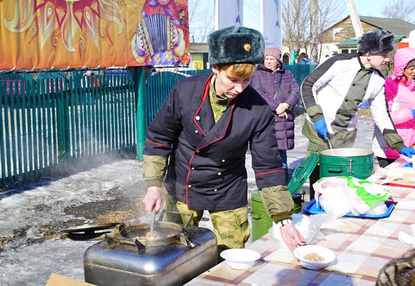 マースレニツァ会場でソバの実のカーシャ(お粥)の炊き出し