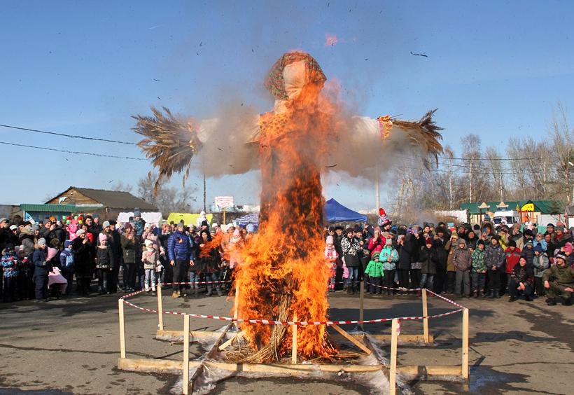マースレニツァのフィナーレ「案山子を焼く儀式」