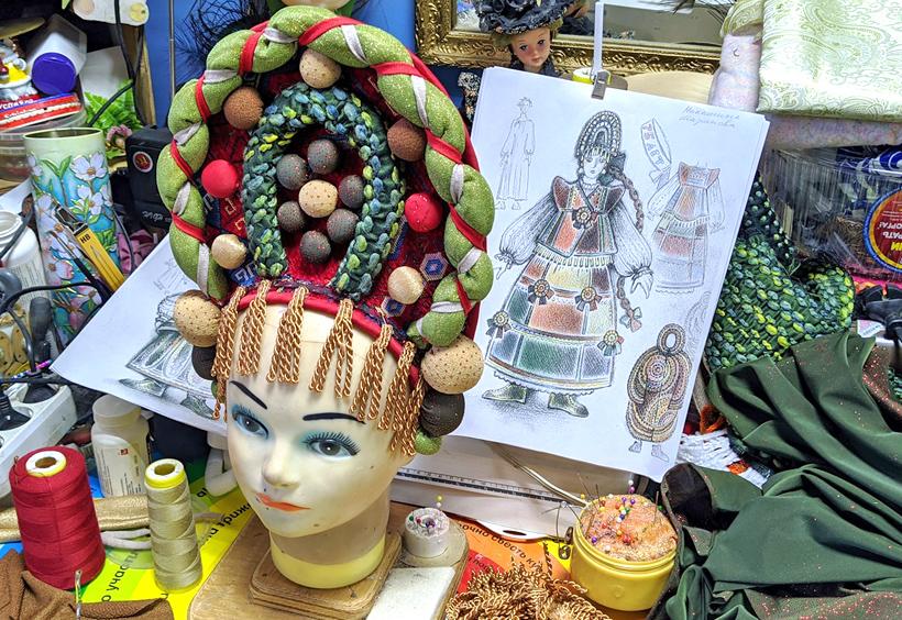 ロシア人女性の伝統的な髪飾りココシニク