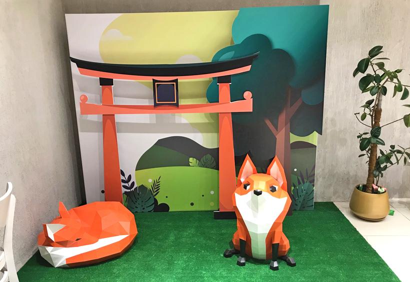 京都の伏見稲荷をイメージした店内
