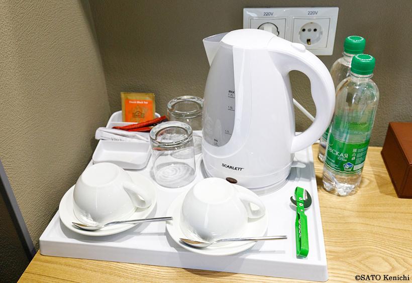 客室内のケトルや紅茶のティーパック、ミネラルウォーターなど