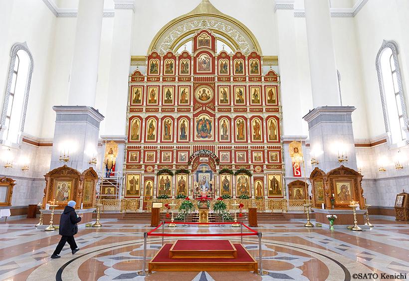 キリスト教の聖人のイコンが並ぶ