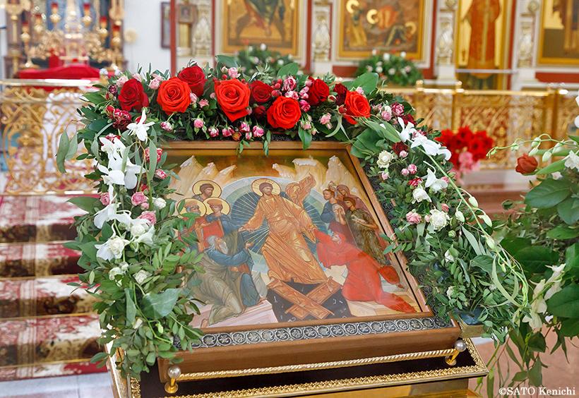 花で飾られた聖人の絵