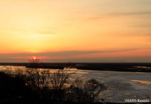 夕日を浴びるアムール川