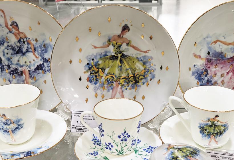 ロシアの花やバレエのようなモチーフの陶器