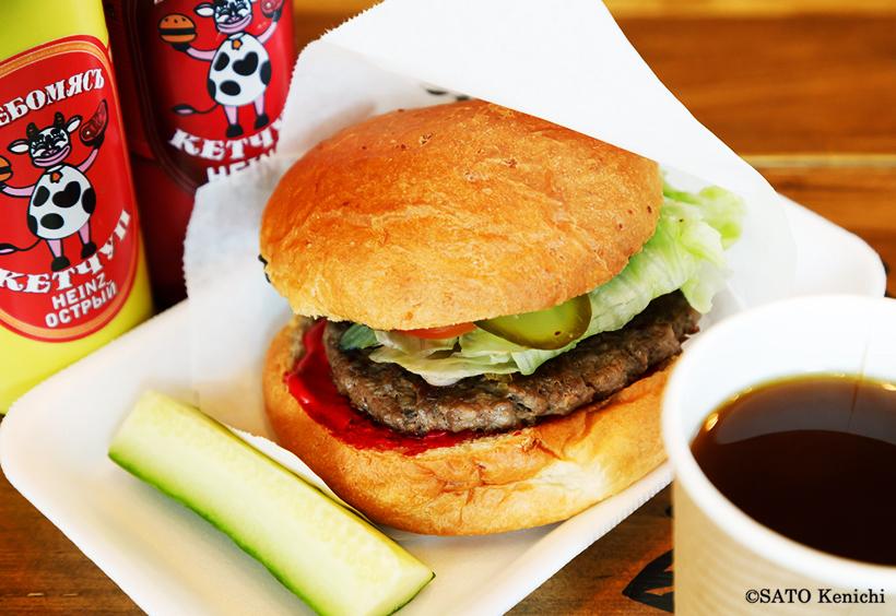 アメリカンな雰囲気のハンバーガーショップ「フレーバミョーサ(Хлебомясъ)