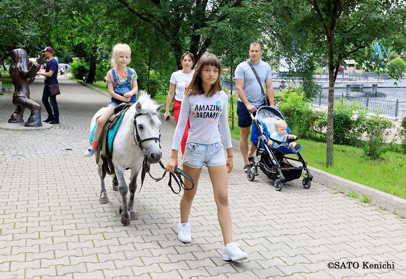 公園内の子供の乗馬体験