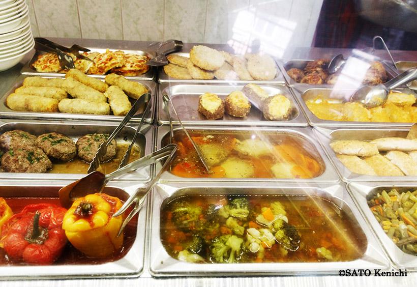 ハンバーグやパプリカの肉詰め、ブロッコリーやインゲンの煮物も。