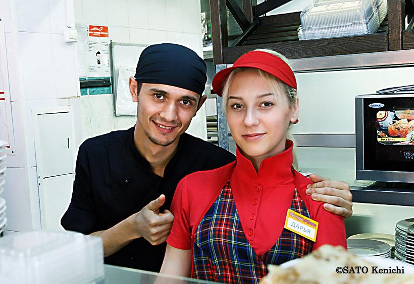 女性は赤、男性は黒がこの店の制服