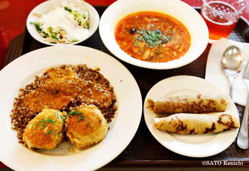 サラダとボルシチ、クレープ、メインはソバの実(グリェーチカ)を使ったお粥「カーシャ」とミート入りパイです。ドリンクはコンポート