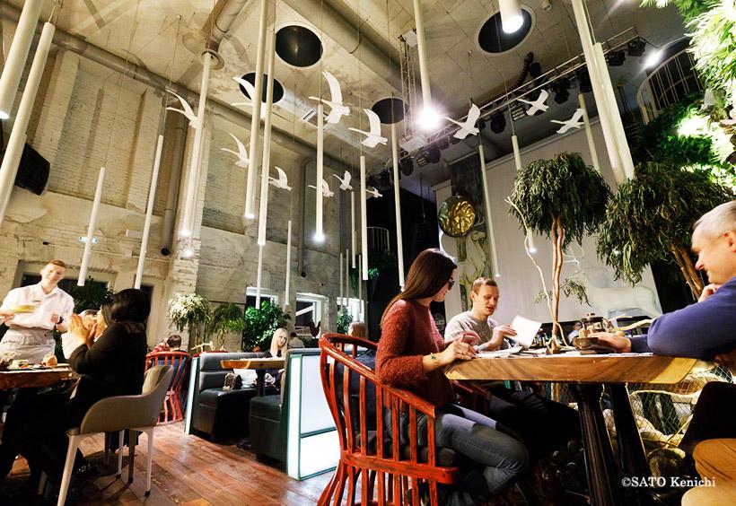 天井の高いレストランフロアの、自由かつおおらかなデコレーション