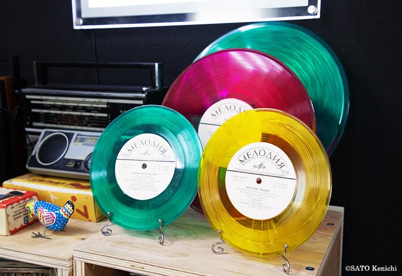 ディスコの部屋のビニール版レコードやミュージックカセットテープ