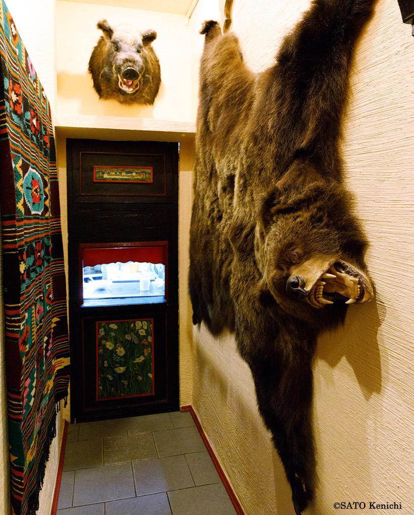 店内の反対に巨大なクマのはく製