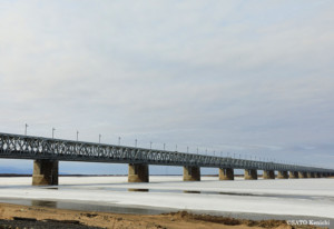 アムール大橋は、ハバロフスク市の西を南北に流れるアムール川を横断する鉄橋で、市内から約4kmの場所にあるこの橋が完成したのは1916年のこと