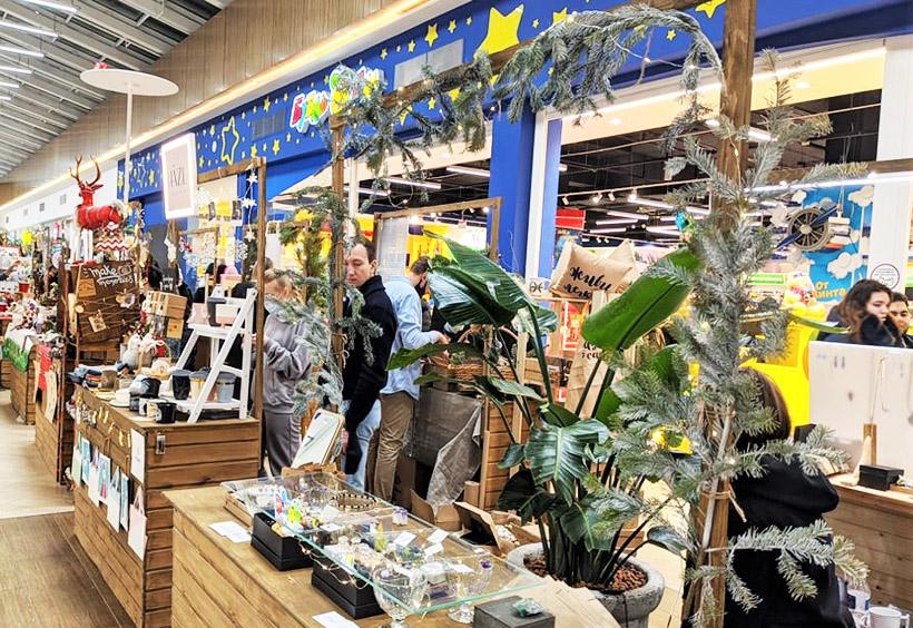 ショッピングモール「ブロスコモール」では、クリスマスギフトや自宅のヨールカに吊るすオーナメントなどが販売されます