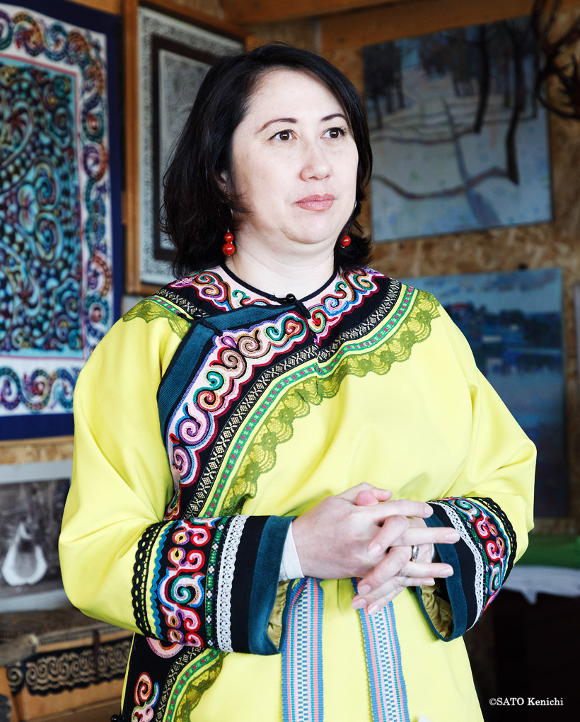 民族衣装を身につけて出迎えてくれた博物館のクシナリョーワ・イリーナさん