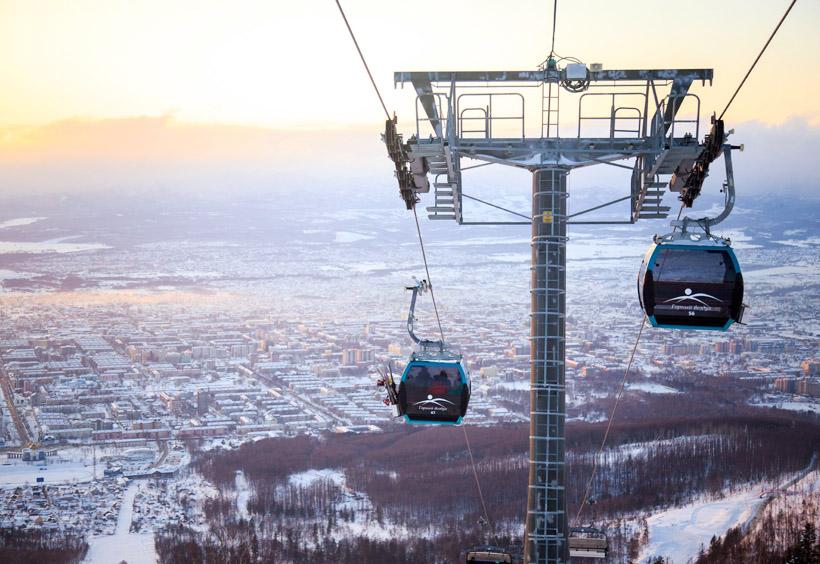 ゴンドラから雪で包まれたユジノサハリンスクの美しい街並みが一望できます