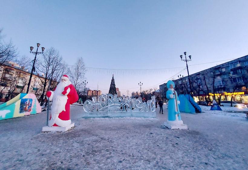 氷の彫刻とジェット・マロ―ス、スネグーラチカの人形