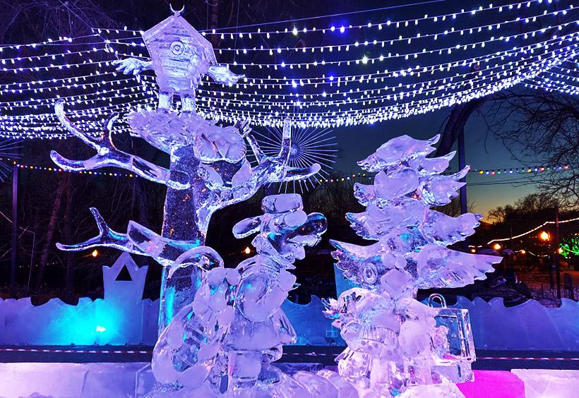 虹色に輝く氷の彫刻