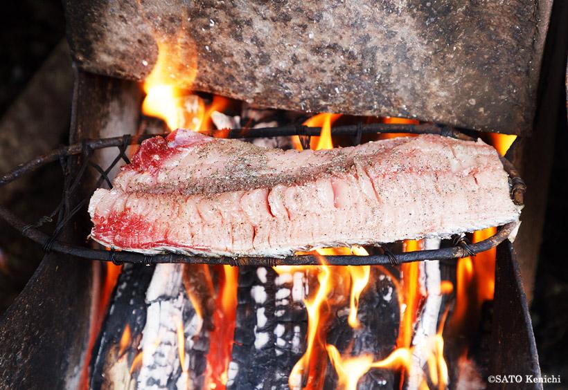 コイの表皮を炭火であぶり、塩やコショウをまぶして味つけ
