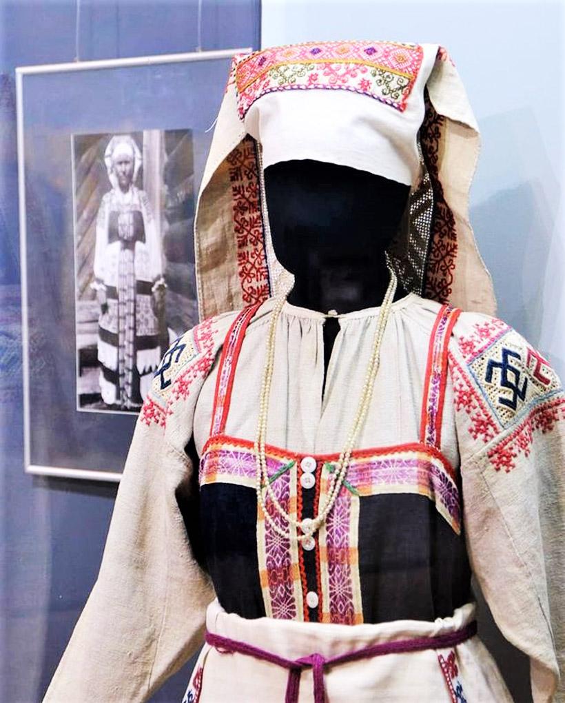 ロシアと旧ソ連邦の各地に住む人々の伝統的な衣装や帽子、靴などの展示