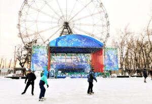 ハバロフスクではあちこちで野外スケートリンクがオープン