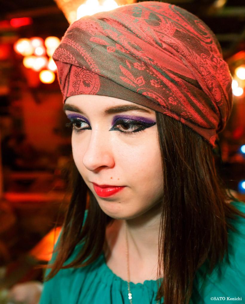 エキゾチックなコスチュームと化粧を施したロシア人店員
