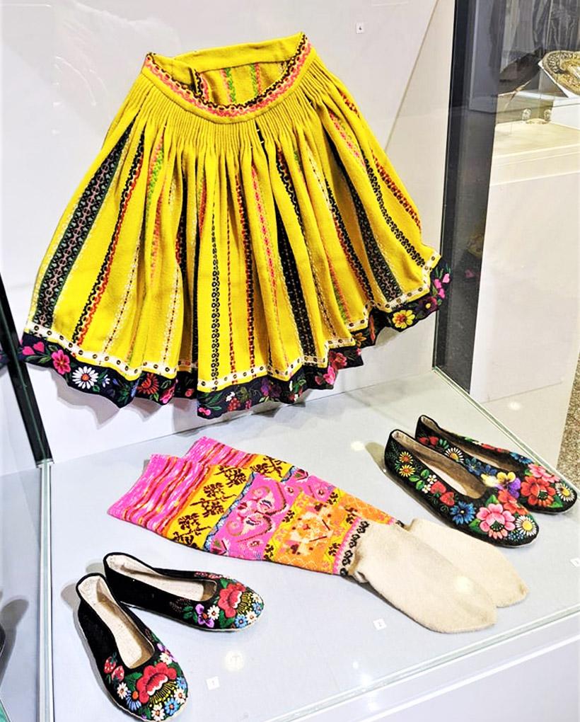 スカートやロングソックス、靴なども、かわいい刺繍があしらわれています