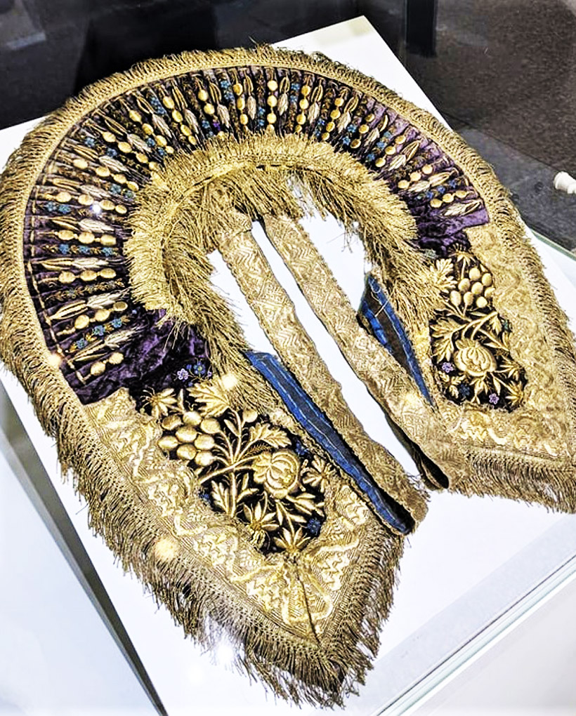 女性のドレスの上に首からかけるビブカラー(つけ襟)