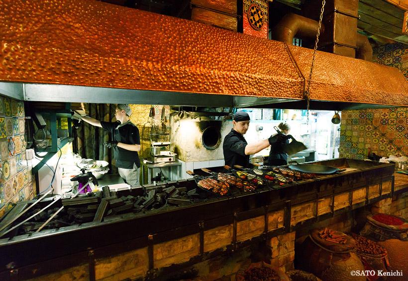 羊や牛の串焼きであるシャシリクやケバブを小麦粉の薄皮に包んだカバビのような肉料理