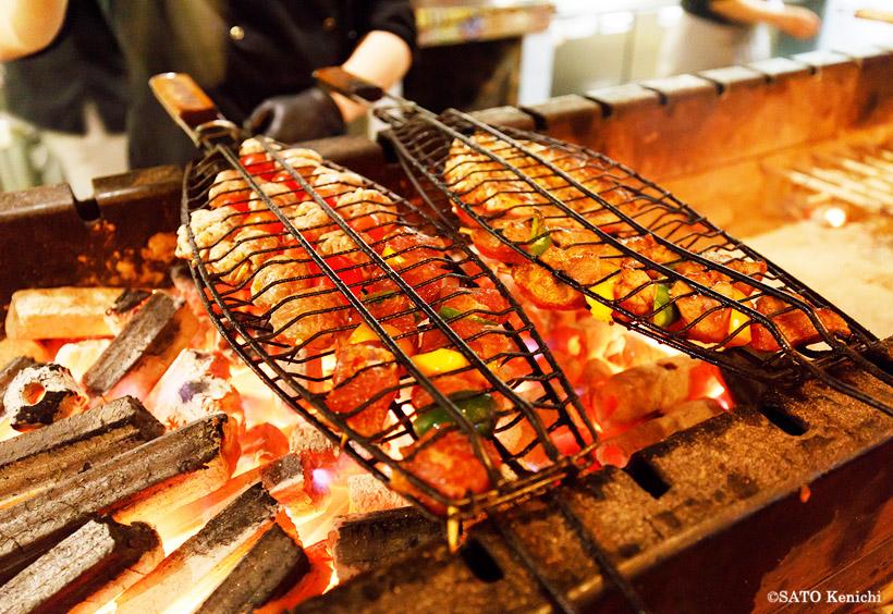 肉料理は中央アジア特有のスパイスで味つけられ、さわやかなスパイシーさが口の中に香ります