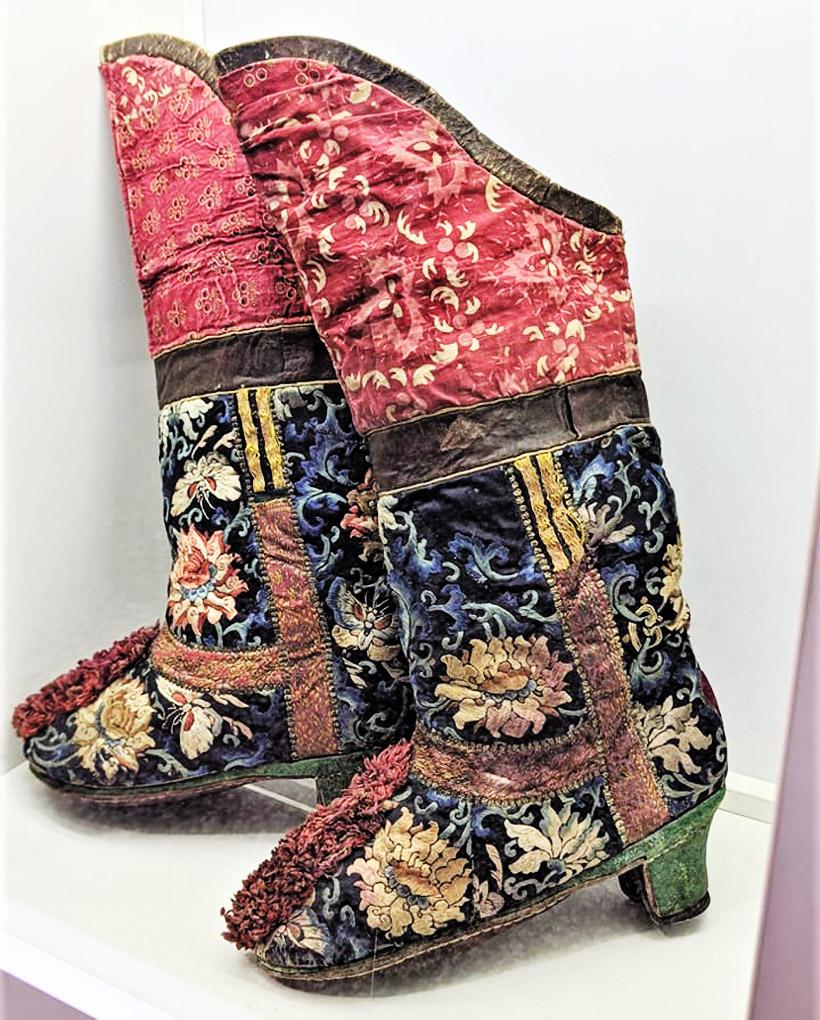 靴に施された刺繡