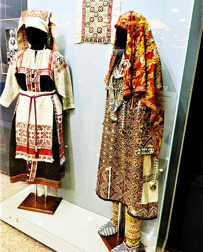 ウズベキスタンやタジキスタンの衣装もあります