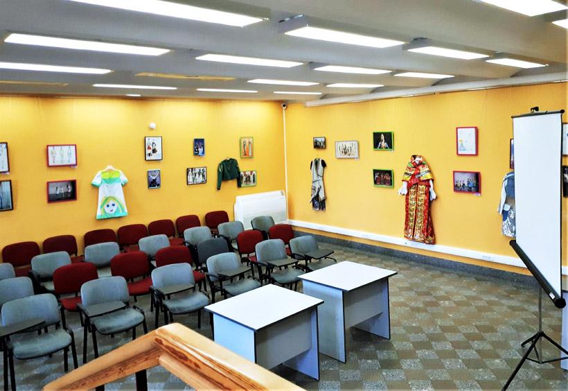 教室では日本人の短期留学生のロシア語授業も行われます