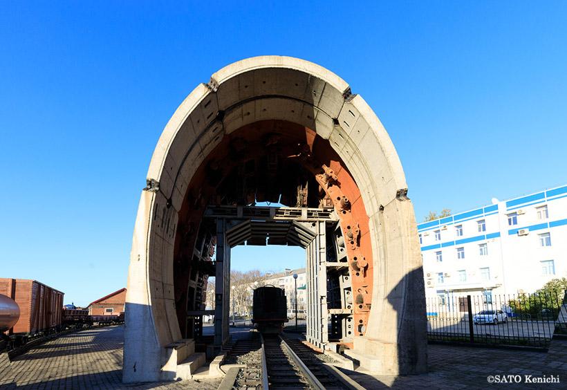 機関車の背後にあるアーチ状の建造物は、トンネル掘削のときに使用されたフレーム