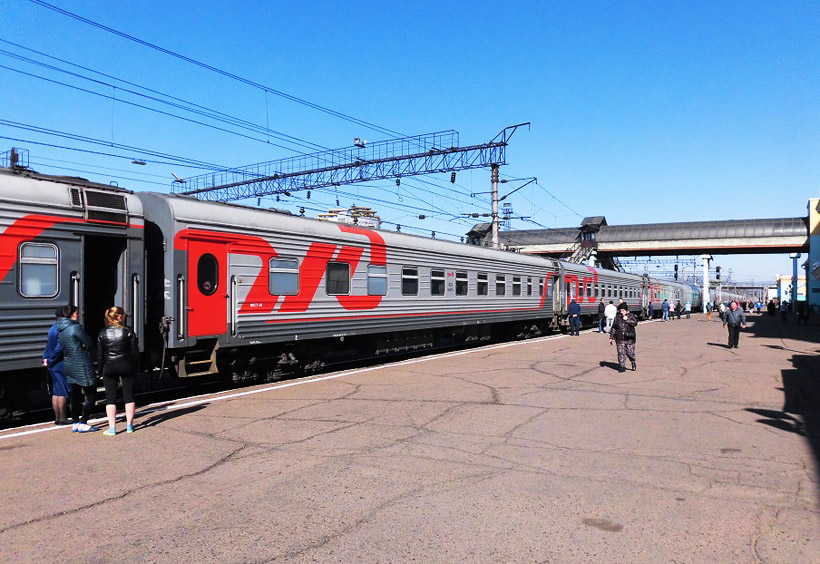 """2000年代までは一部の列車はかなり""""微妙な""""色彩で塗られていましたが、赤と濃淡グレーのロシア鉄道のコーポレートカラーに統一された"""