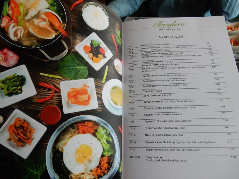 メニューを見ると、すしやタイ料理など、アジア料理はなんでもありという感じ