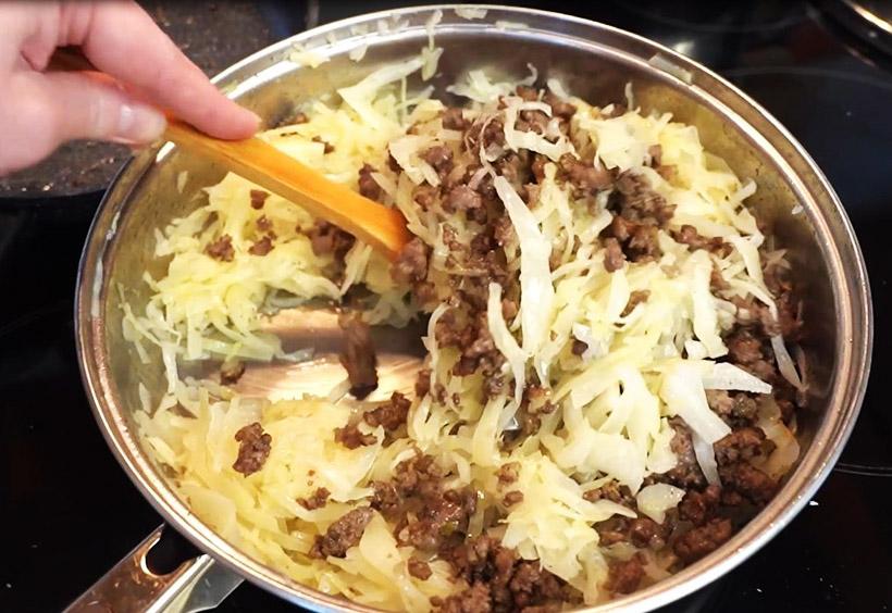 ピロシキづくりの手順5.千切りにしたキャベツとひき肉をフライパンで炒めます