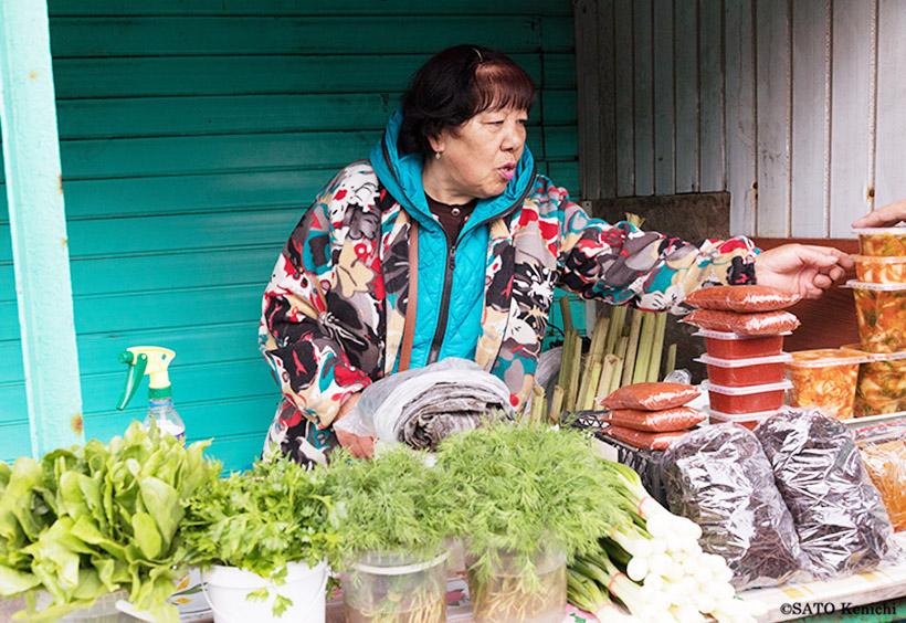 おばさんが売っているのは、ロシア料理でよく使うハーブのフェンネルです