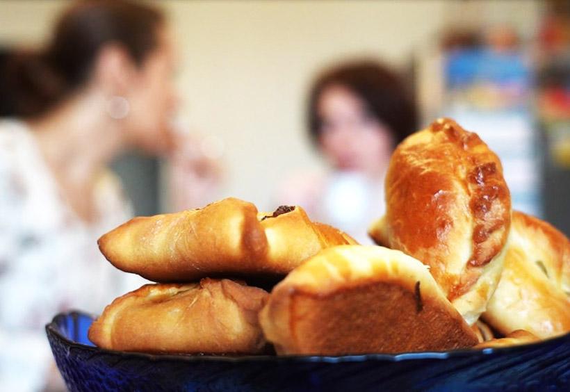 ピロシキづくりの手順11-2.揚げるタイプに比べ、オーブンで焼いたピロシキは油っぽくなく食べやすいです