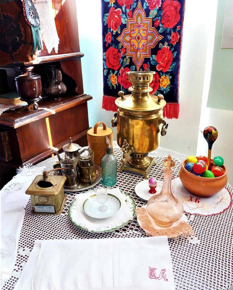 当時のコサックが着ていた衣服や紅茶をいれるサモワールなどの茶器もあります