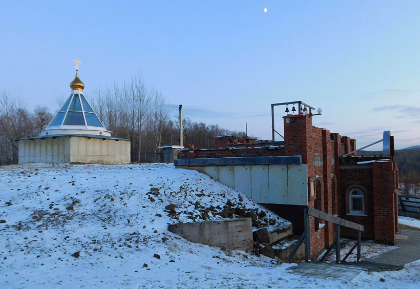 聖堂自体が、ゆるやかな丘陵の一部をくり抜いて造られています