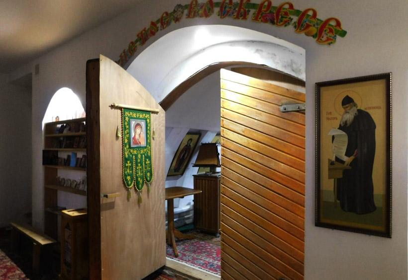 教会の扉を開けると、礼拝室の厚い扉があります