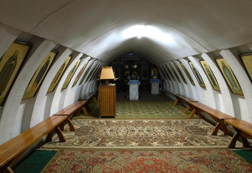 堂内はまるでトンネルのよう
