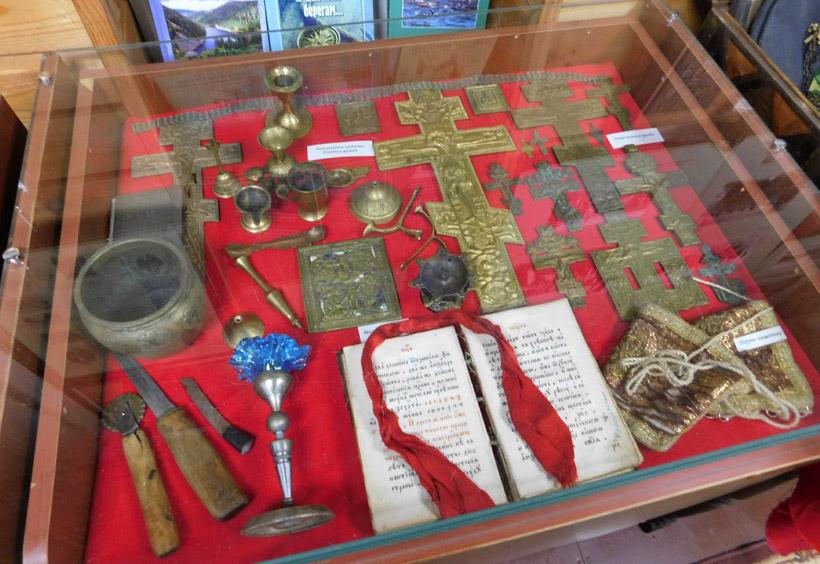 コサックたちが大切に所有していた宗教用具やイコン、十字架