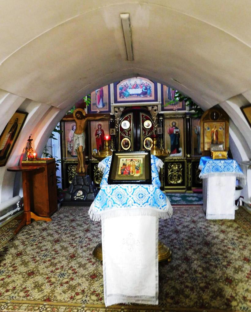 その先には、信者たちが祈りを捧げる聖壇があります